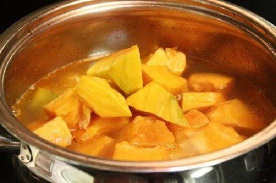 nấu chè bí đỏ đậu xanh