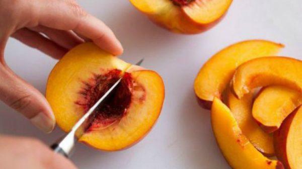 cắt đào thành từng miếng quả cau
